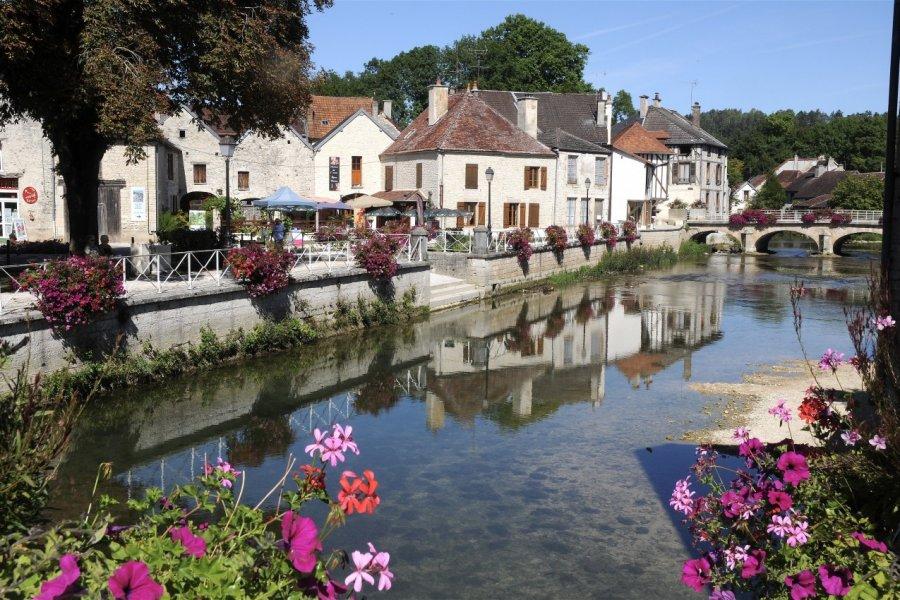Essoyes, beau village au bord de la rivière Ource (© Laurent Cornée - Fotolia))