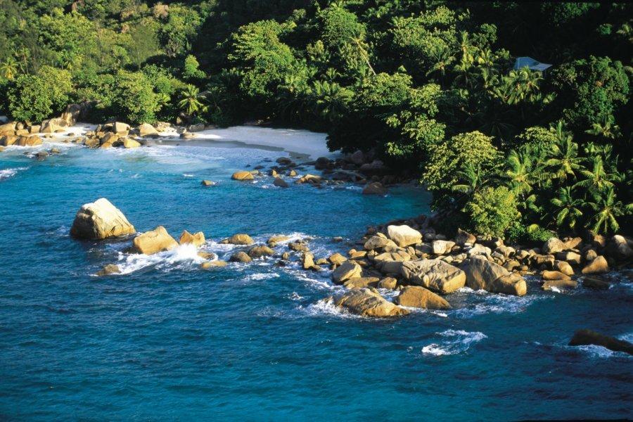 Survol des côtes seychelloises. (© Itzak Newmann - Iconotec))
