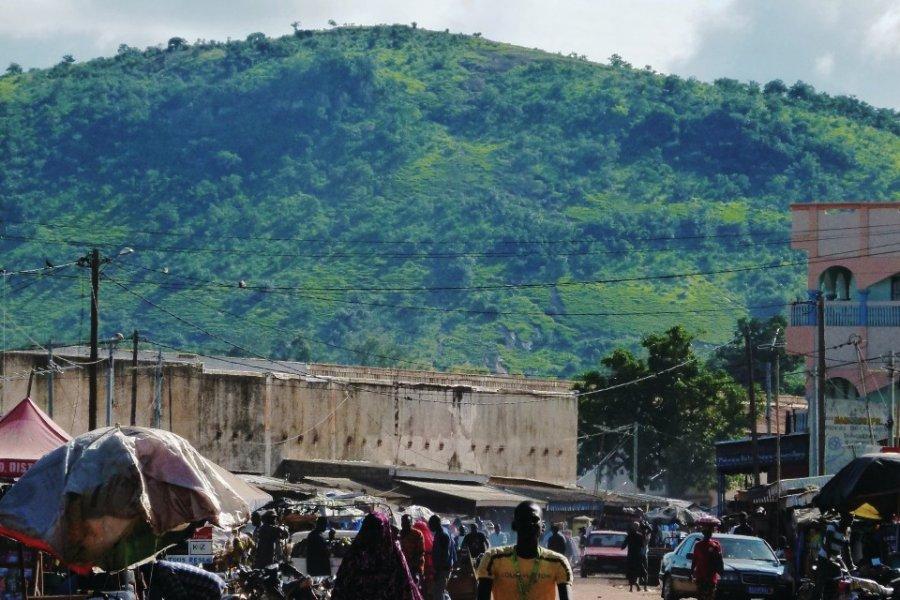 Dans les rues de Korhogo. Au fond, le mont Korhogo. (© Elodie VERMEIL))