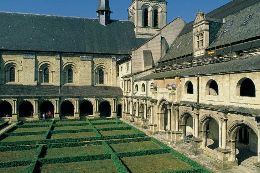 Dans le cloître de l'abbaye de Fontevraud (© MARC JAUNEAUD - ICONOTEC))