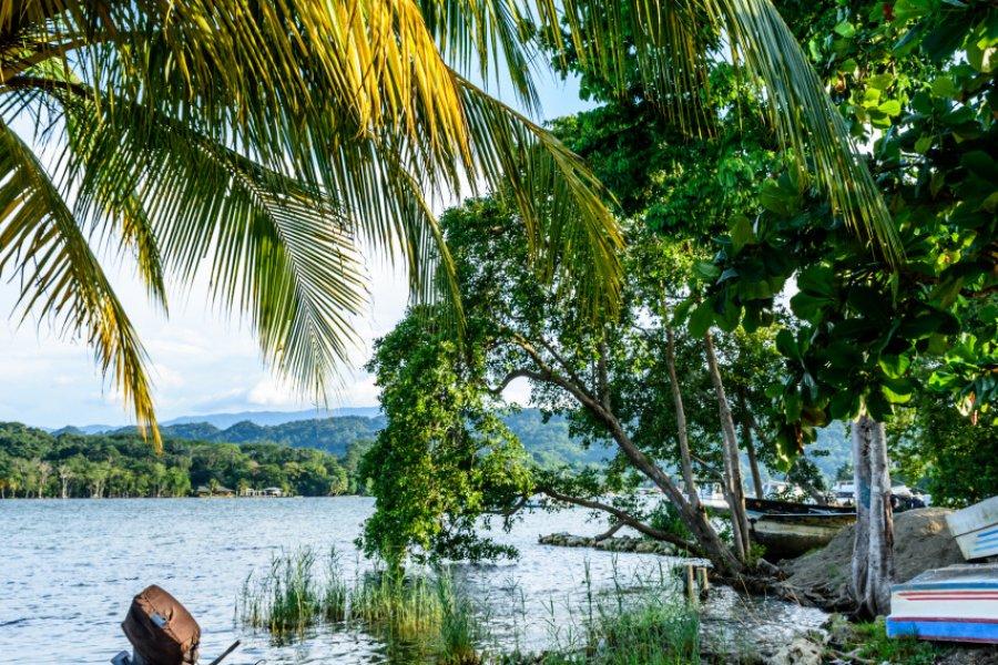 Bateaux sur le río Dulce, Livingston. (© Lucy Brown - loca4motion / Shutterstock.com))