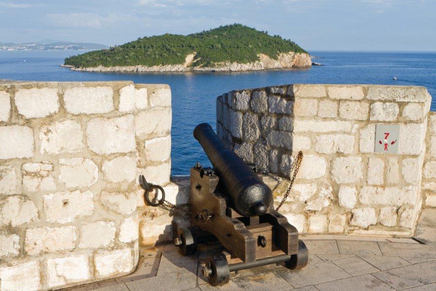 Vue sur l'île de Lokrum depuis les chemins de rondes des remparts. (© Lawrence BANAHAN - Author's Image))