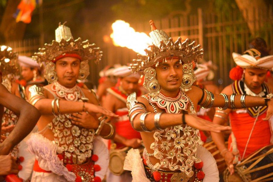 Danseurs lors du Kandy Esala Perahera. (© SamanWeeratunga - Shutterstock.com))