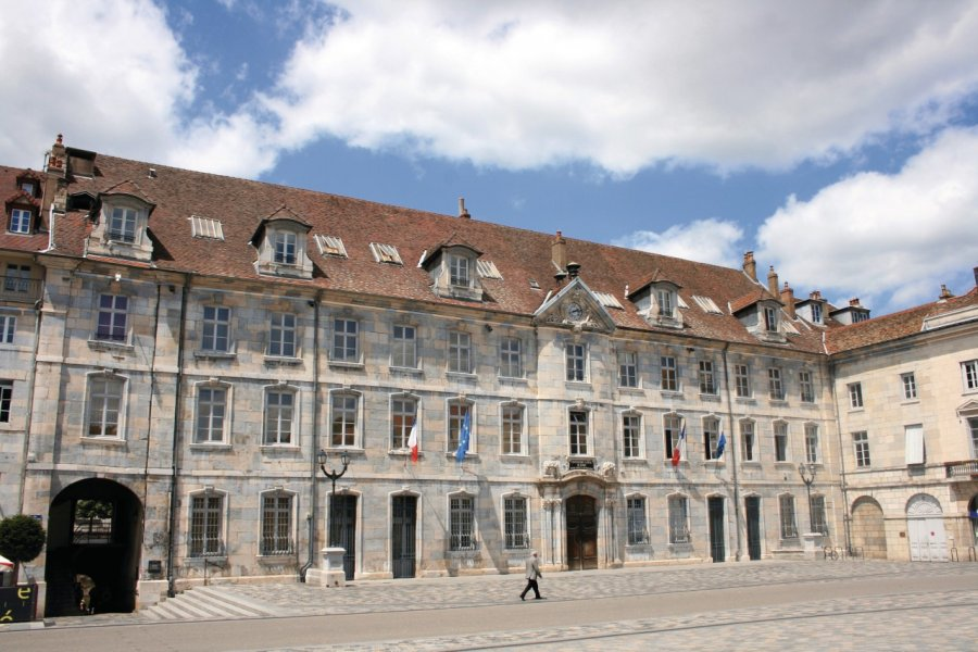 Le conservatoire de Besançon sur la place de la Révolution (© Brunoh - Fotolia))