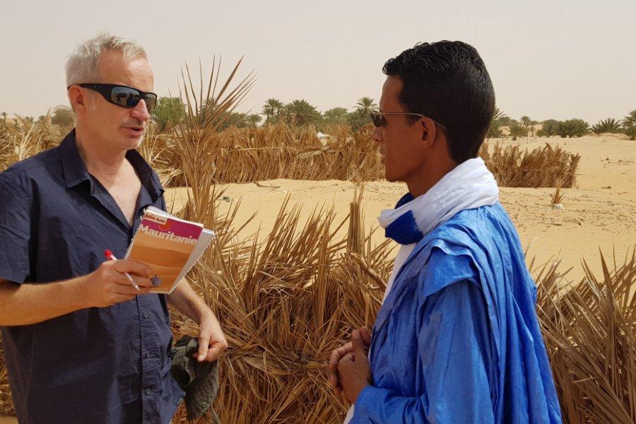 L'auteur en discussion avec un Maure à Tanouchert. (© Sylvain Philip))