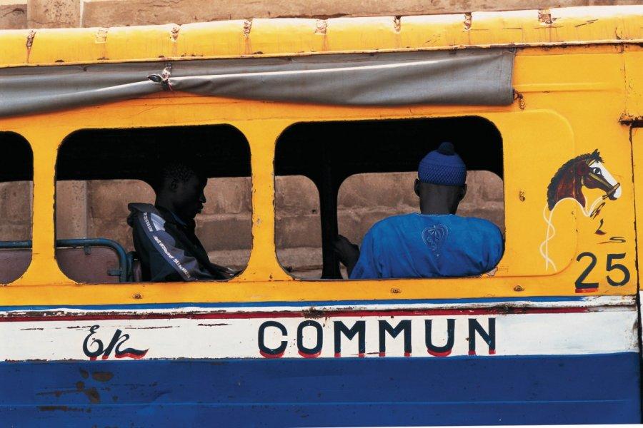 Autobus à l'arrêt à Dakar. (© S.Nicolas - Iconotec))