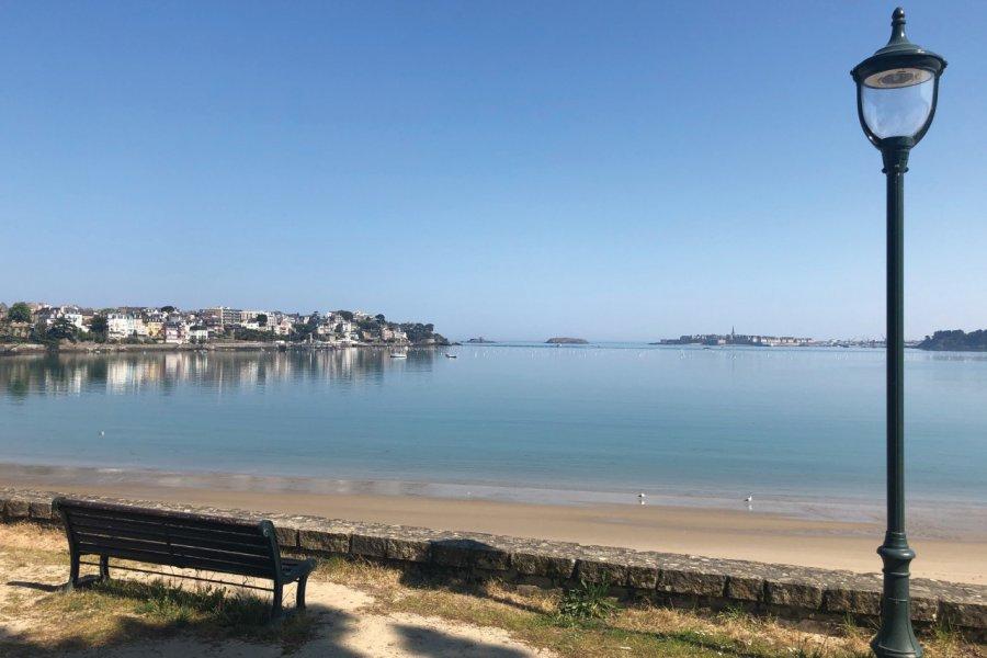 Vue sur Dinard et Saint-Malo depuis la plage du Prieuré. (© Floriane RAVARD))
