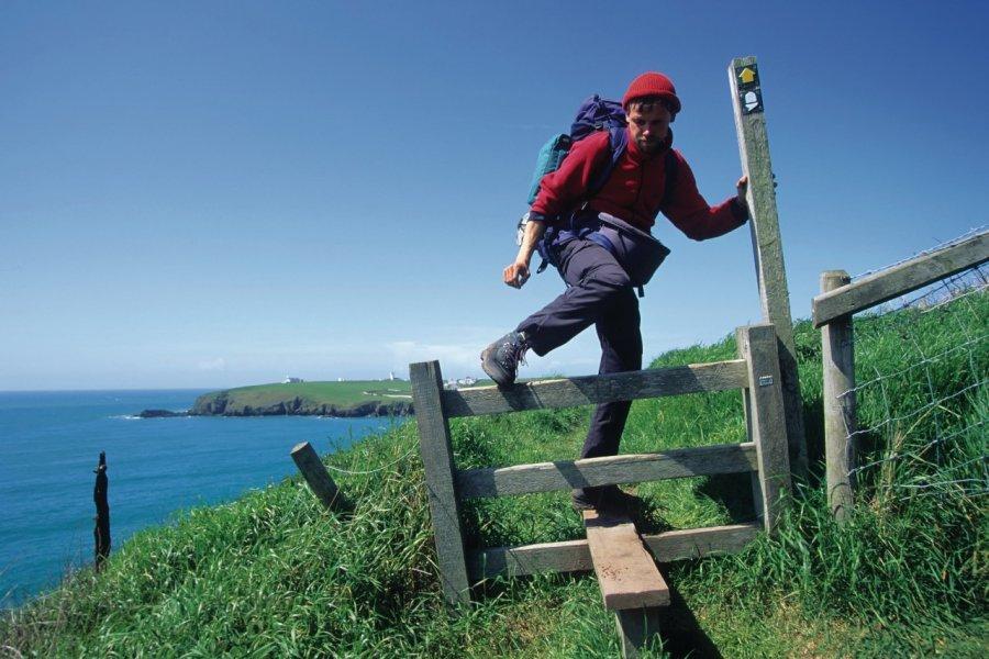 Randonneur sur le chemin côtier du Pembrokeshire, entre Mill Bay et St. Ann's Head (© fkienas - iStockphoto.com))