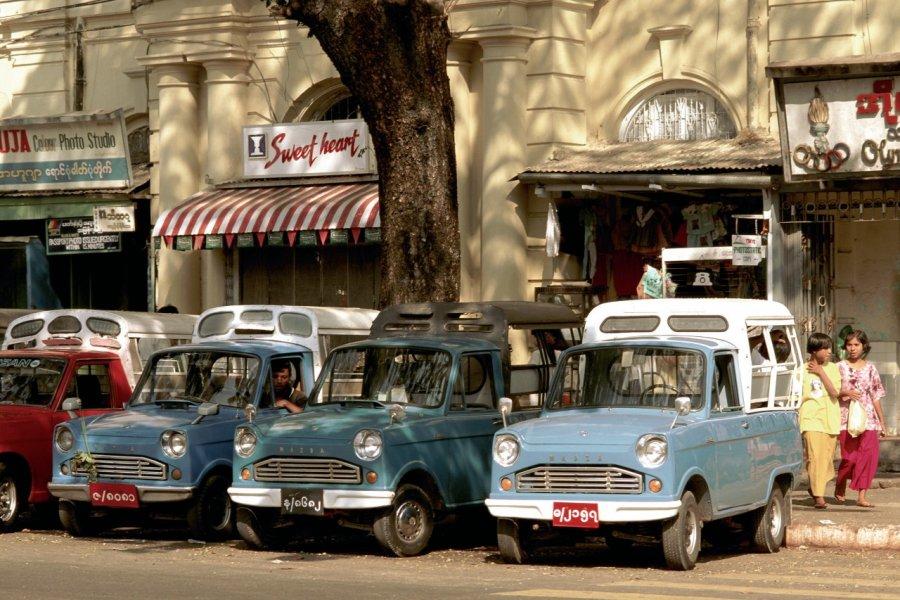 Voitures dans le centre-ville de Yangon. (© Author's Image))