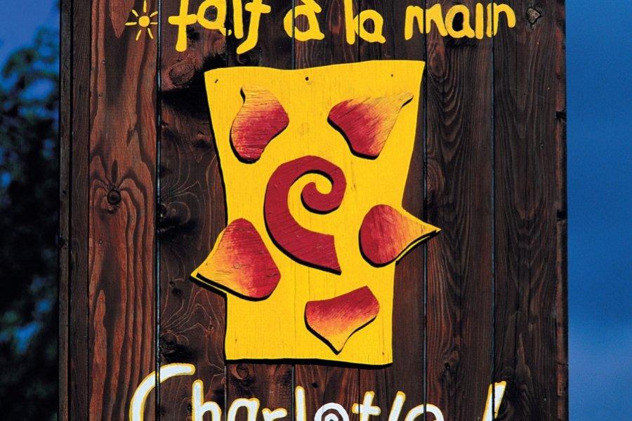Enseigne d'une boutique d'art et d'artisanat à l'Isle-aux-Coudres. (© Author's Image))