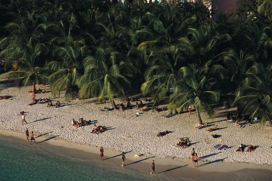 Vue aérienne de la plage de Saint-François. (© Itzak Newmann - Iconotec))
