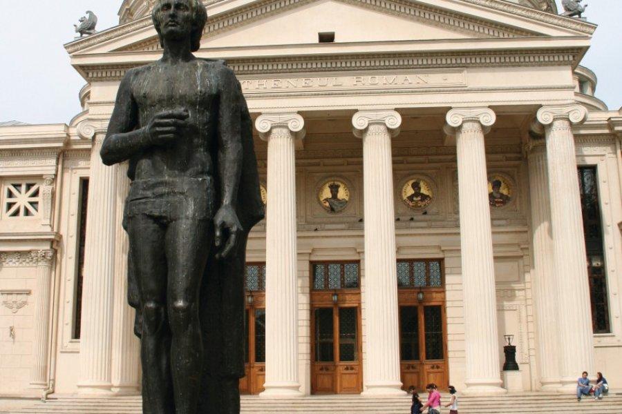 L'Athénée et la statue de Mihail Eminescu, poète national roumain. (© Stéphan SZEREMETA))
