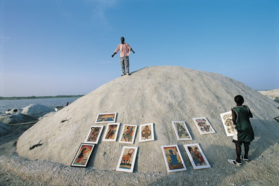 Artiste et ses oeuvres dans les marais salants du lac Rose. (© Tom Pepeira - Iconotec))