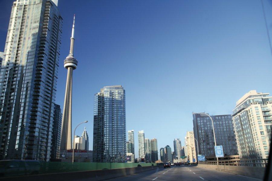 Tour CN et centre de Toronto, vus de l'Expressway Gardiner. (© Stéphan SZEREMETA))
