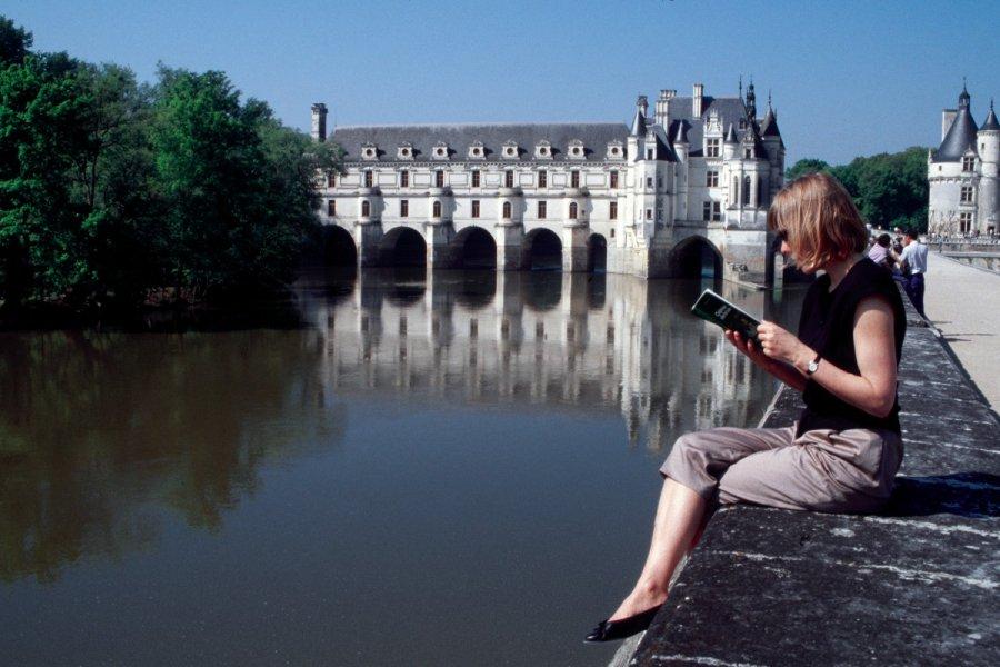 Devant le château de Chenonceau (© Atamu RAHI - Iconotec))