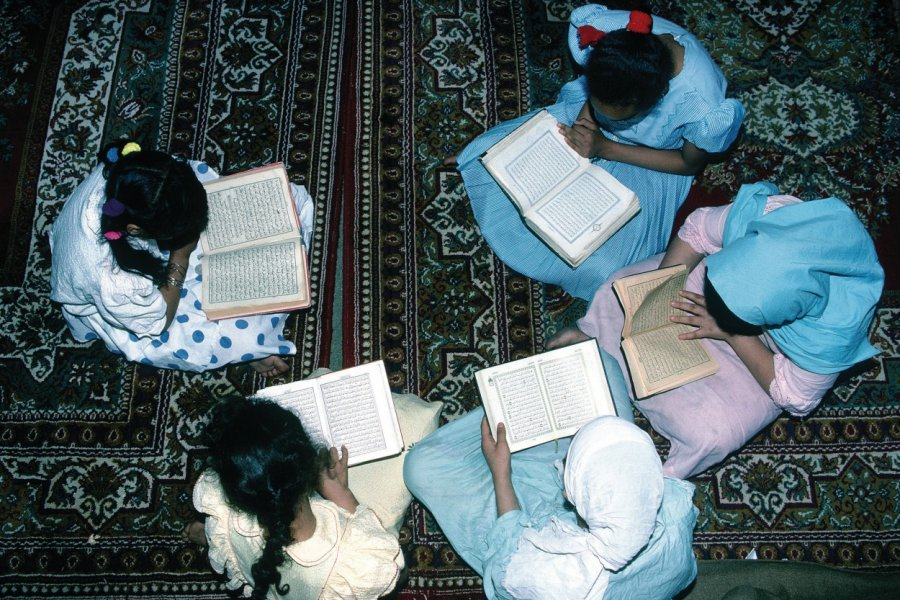 Mosquée el-Azhar, jeunes musulmanes étudiant le Coran. (© Itzak Newmann - Iconotec))