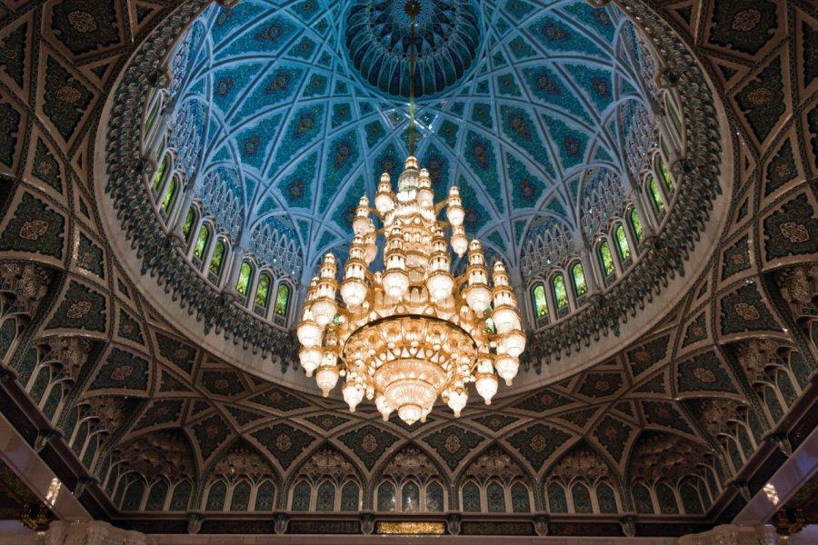 La coupole et le majestueux lustre de la grande mosquée su Sultan Qaboos à Mascate. (© greta6 - iStockphoto.com))