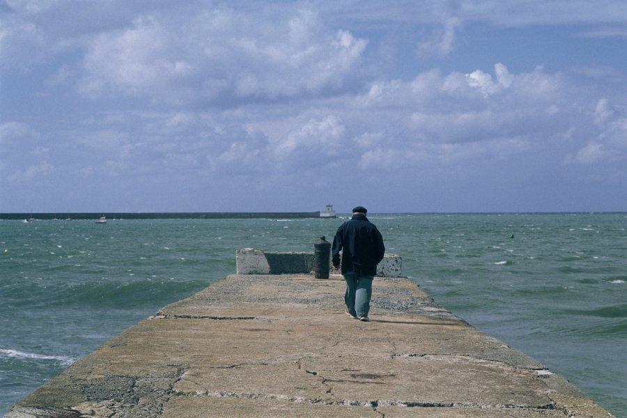 Marin sur la jetée (© MARC AUGER - ICONOTEC))