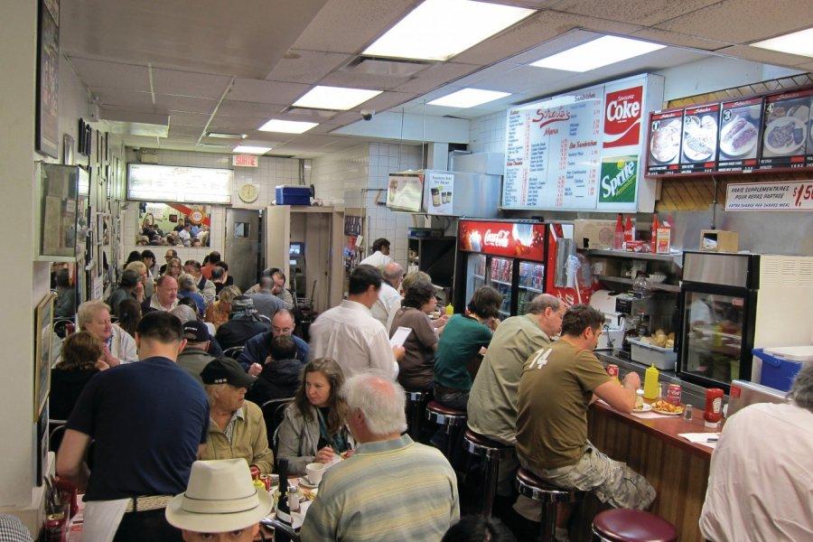 Schwartz's, célèbre restaurant de sandwiches à la viande fumée. (© Stéphan SZEREMETA))
