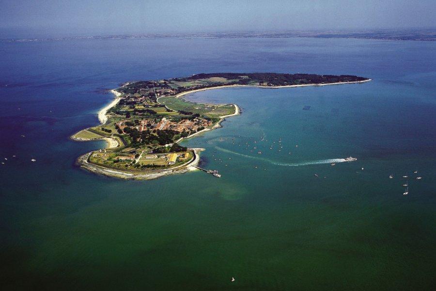 Vue aérienne de l'île d'Aix (© PHOVOIR))