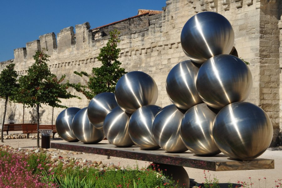 Oeuvre d'art au pied des remparts d'Avignon. (© Legabatch - Fotolia))