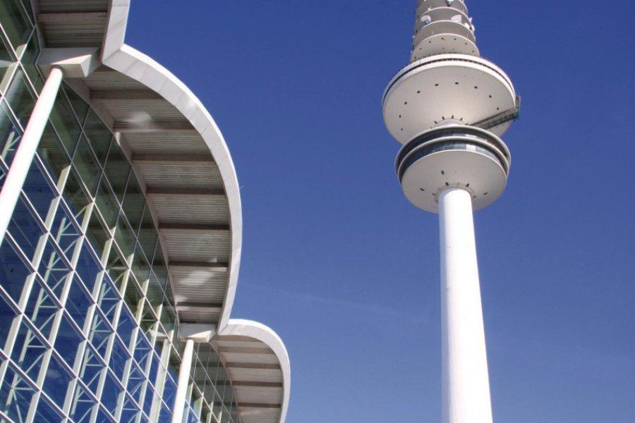 Heinrich-Hertz-Turm dominant Messehallen. (© oro2011 - Fotolia))