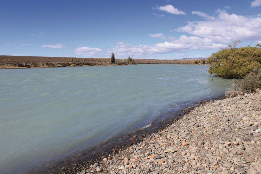 Les eaux laiteuses du río La Leona entre le Lago Viedma et le Lago Argentino. (© Pierre-Yves SOUCHET))