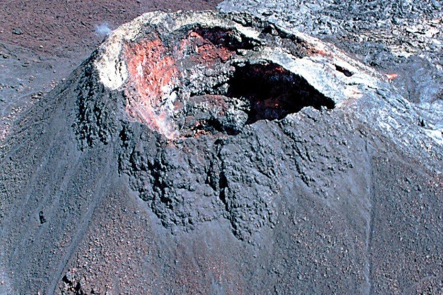 Cône éruptif sur le massif du Piton de la Fournaise. (© Author's Image))