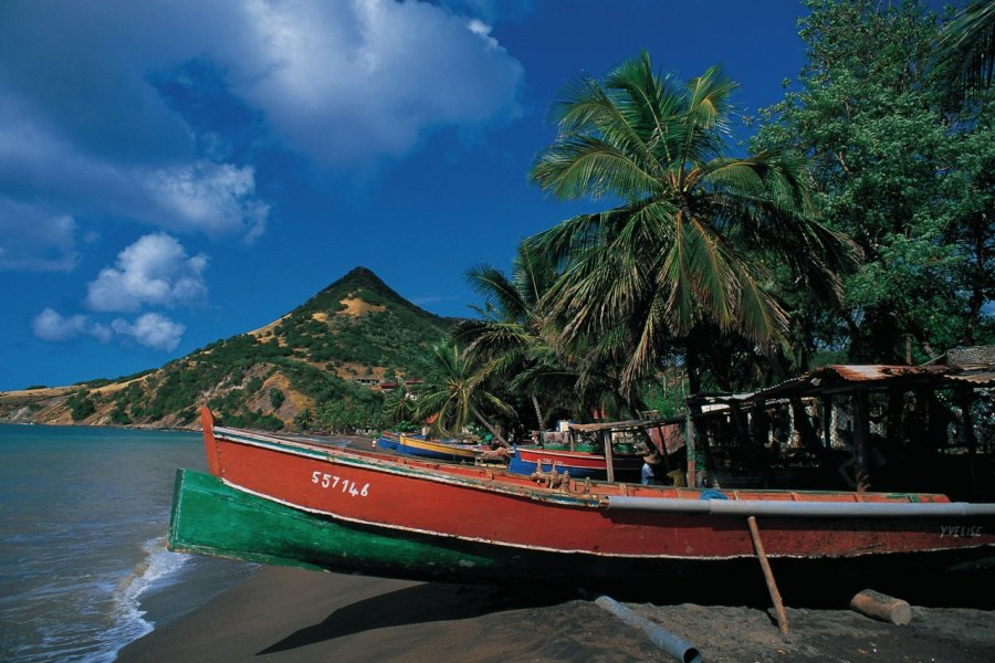 Barques sur la plage de Petite Anse du Diamant. (© Cali - Iconotec))