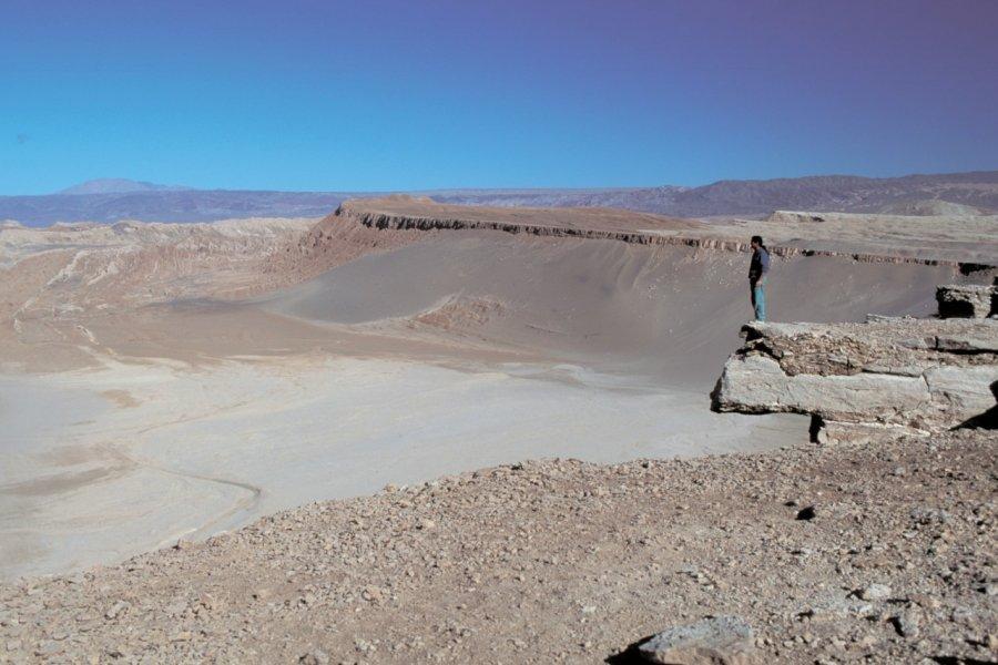 Randonneur face au paysage lunaire de San Pedro de Atacama (© H.Fougère - Iconotec))
