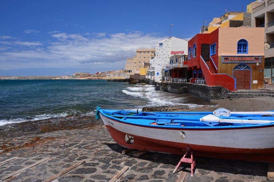 Bateau de pêche sur la plage du village de El Medano, Tenerife. (© Pawel Kazmierczak - Shutterstock.com))