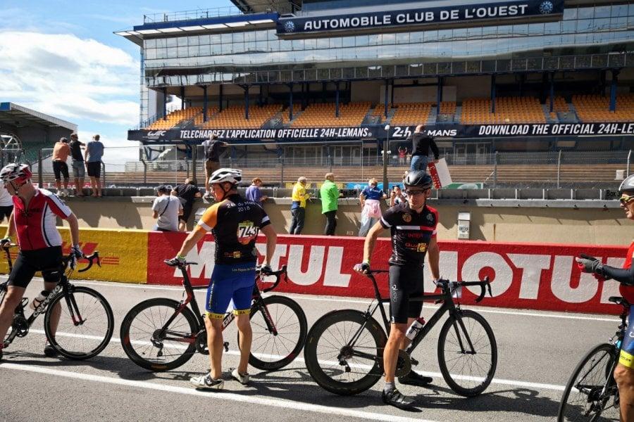 C'est l'heure des relais au 24 Heures Vélo Pearl Izuni, Le Mans. (© Sophie LECHERTIER))