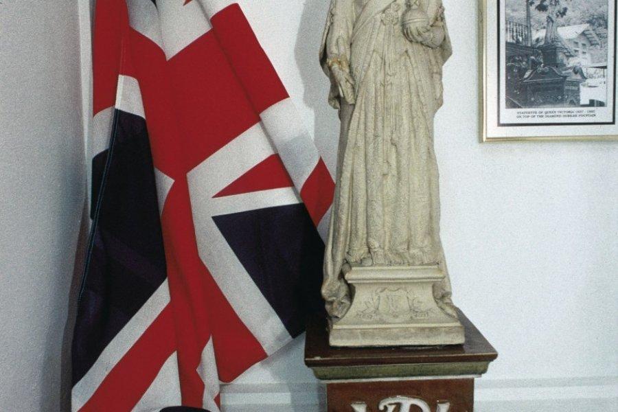 Drapeau britannique et statuette de la reine Victoria. (© Itzak Newmann - Iconotec))