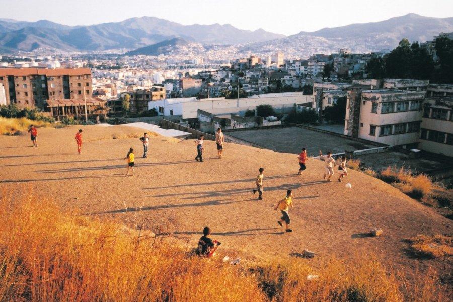 Jeunes jouant au football sur les hauteurs de Bejaïa. (© Sébastien CAILLEUX))