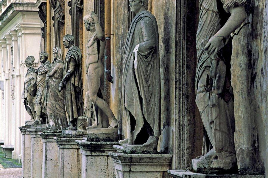 Alignement de statues à la Villa Médicis. (© Alfredo VENTURI - Iconotec))