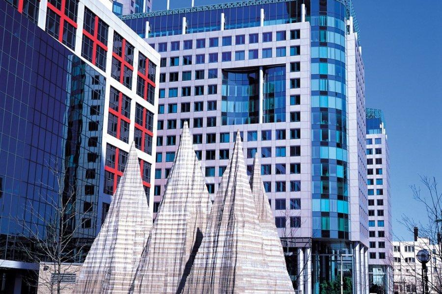 Centre-ville, sculpture devant des immeubles modernes. (© Yukiko Yamanote - Iconotec))