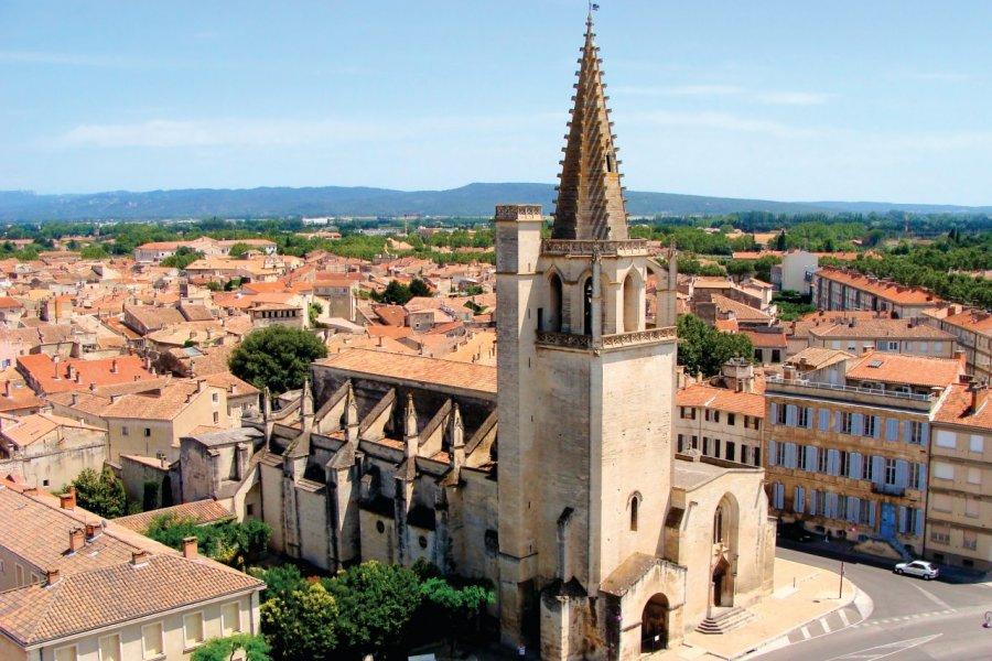 Survol de Tarascon et de son église Sainte-Marthe. (© Jenifoto - iStockphoto))