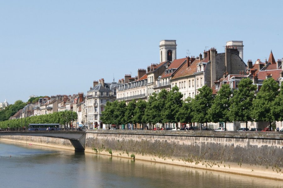 Les quais de Besançon (© @laurent - iStockphoto.com))