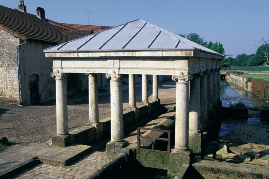 Fontaine-monument (© ICONOTEC.COM))
