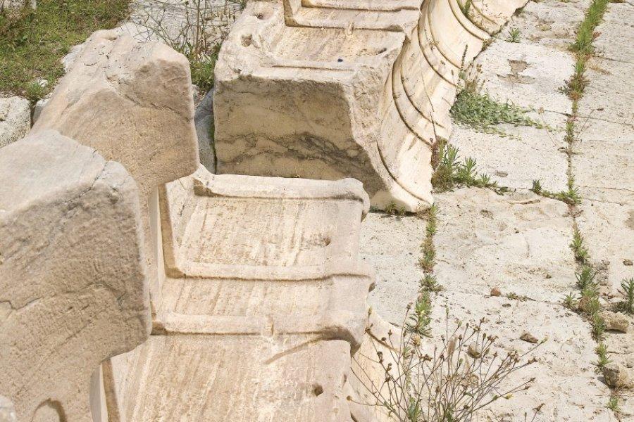 Fauteuils de spectateurs du théâtre de Dionysos. (© Jonathan - Fotolia))