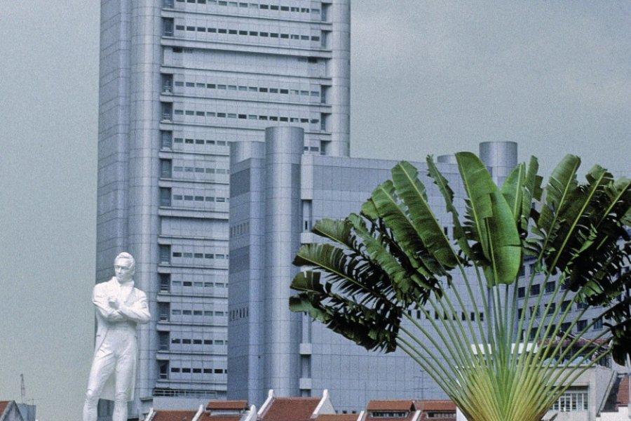 Quartier des affaires et statue de Raffles. (© Yukiko Yamanote - Iconotec))