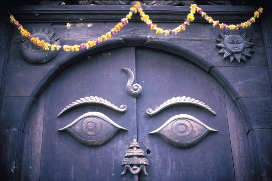 Porte sculptée sur un édifice de la capitale népalaise. (© Thierry Lauzun - Iconotec))