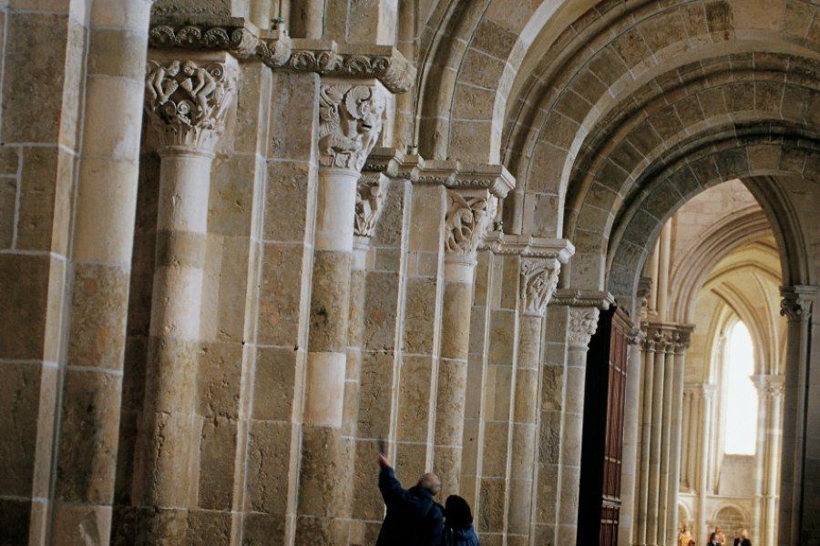 Arcades de la nef de la Basilique Sainte-Marie-Madeleine de Vézelay (© ITZAK NEWMANN - ICONOTEC))