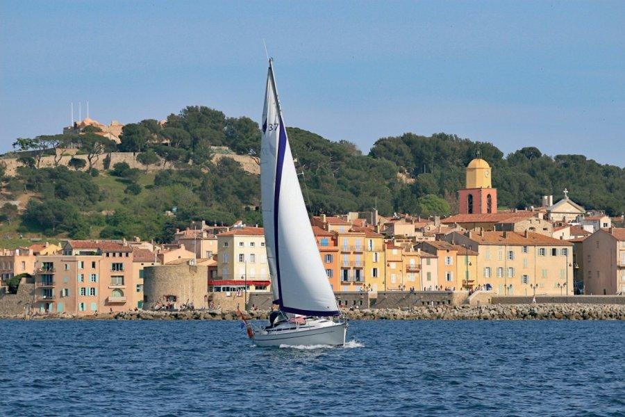Voilier au large de Saint-Tropez (© MATTHIAS VEIT - FOTOLIA))