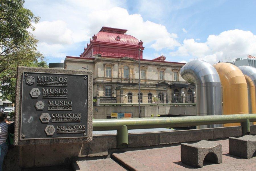 La place de la culture avec le musée de l'or et le théâtre. (© Julie OLAGNOL))