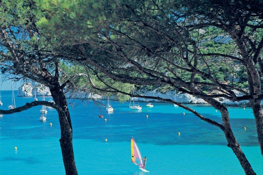 Planche à voile dans les Calanques de Marseille (© TOM PEPEIRA - ICONOTEC))