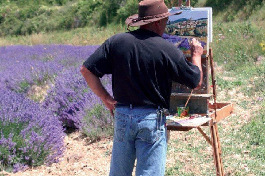 Peintre dans un champ de lavande drômois (© Chris - Fotolia))