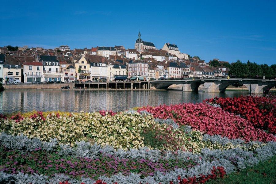 Joigny, au bord de l'Yonne. (© ITZAK NEWMANN - ICONOTEC))