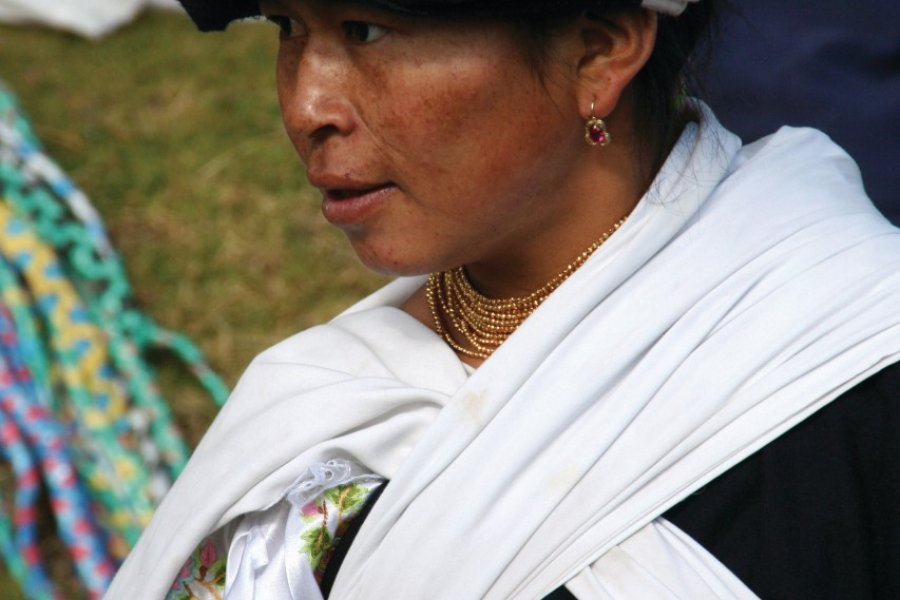 De nombreuses femmes en costumes traditionnels se rassemblent au marché d'Otavalo. (© Stéphan SZEREMETA))