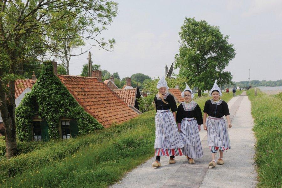 Jeunes filles en costumes folkloriques. (© Frank Bedijs / OFFICE DU TOURISME (VVV)))